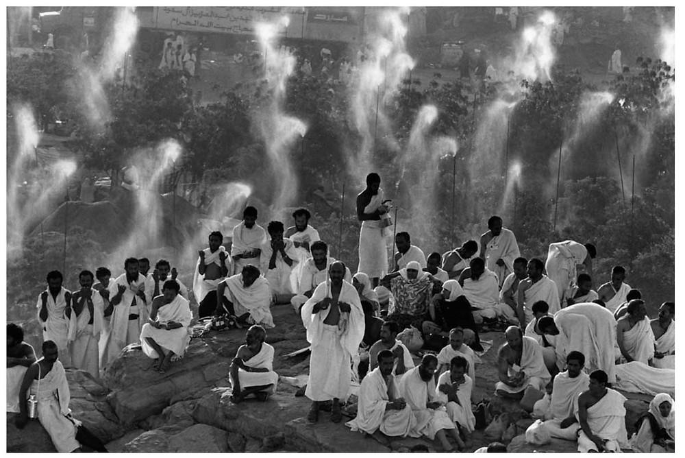 Peregrinación de Abbas Hajj. Peregrinos de todo el mundo rezan en el Monte Rahma. Llanura de Arafat, Arabia Saudita. 1992. © Abbas | Magnum PhotosLicencia |
