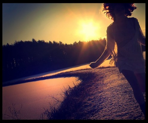 girl,running,sun,sunset-cb47b655ccb24cd682b6f6e5d1f438b2_h.jpg