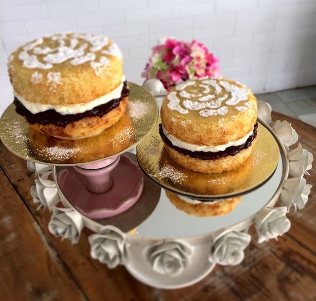 Bolo preferido da rainha Victória da Inglaterra, bem leve e gostoso! Encomendas (11)99506-4050 #siscake #siscakefactory #bolodecorado #spongecake #spongecakevictoria