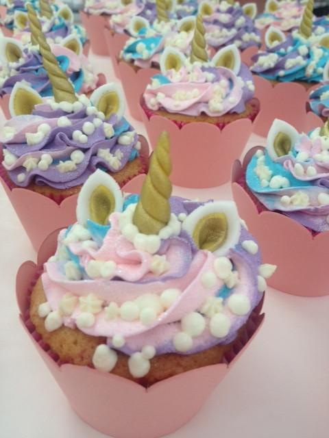 Cupcakes de chocolate ou baunilha, recheados com brigadeiro gourmet e decorados com Chantininho, chifre e orelhas em pasta americana. Uma fofura que as crianças vão adorar! Aceitamos encomendas. #siscake #siscakefactory #cupcake #unicornio