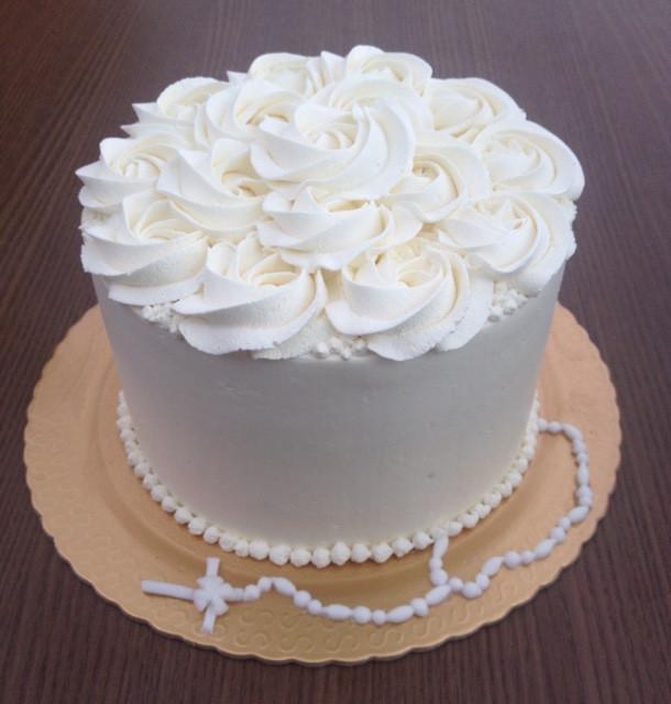 Bolo todo branco fica super elegante! Você pode escolher a massa e o recheio para deixar o bolo personalizado.