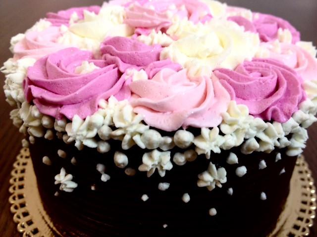 Bolo coberto com ganache de chocolate com flores em Chantininho fica lindo e delicado! Aceitamos encomendas. #siscake #siscakefactory #chantininho #ganachedechocolate