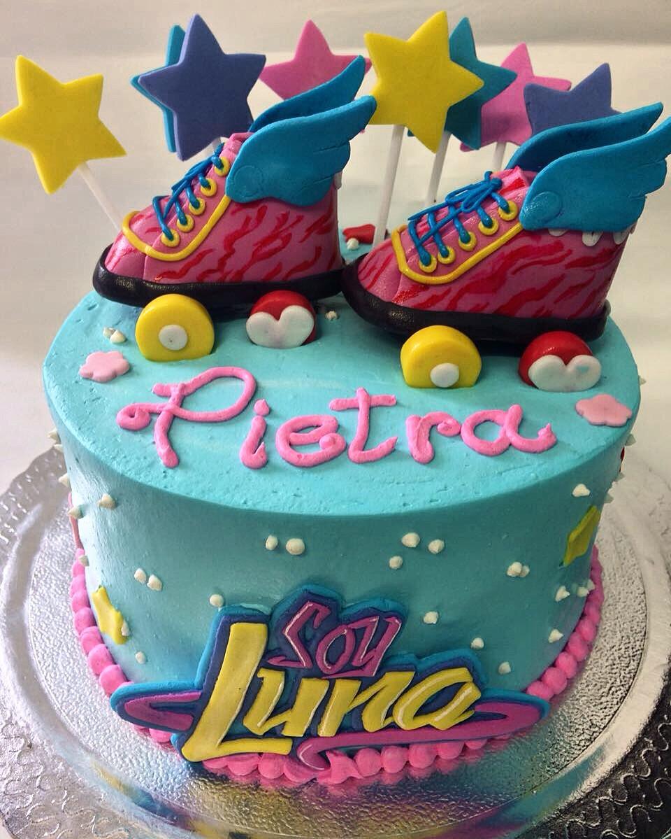 """Esse bolo com o tema da telenovela """"Soy Luna"""" é uma curtição! Coberto em Chantininho e decoração em pasta americana dá um charme todo especial ao evento. Aceitamos encomendas. #siscake #siscakefactory #chantininho #festa #aniversario #soyluna"""