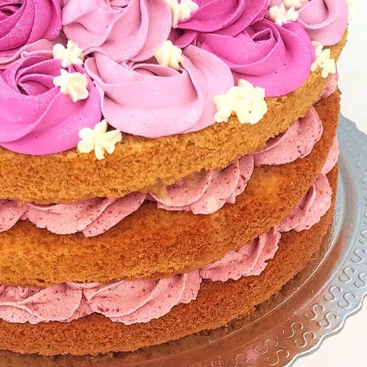 Muito charme nesse bolo com recheio de mousse trufada de morango e flores em Chantininho! #siscake #siscakefactory #nakedcake #chantininho