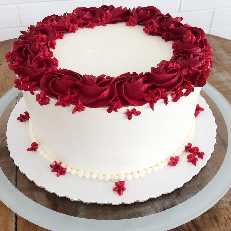 Esse bolo decorado em Chantininho fica um charme para diversas ocasiões! Encomendas (11)99506-4050. #siscakefactory #siscake #chantininho #bolodecorado #festa