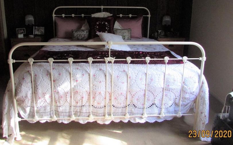 Surrey Cast Bed