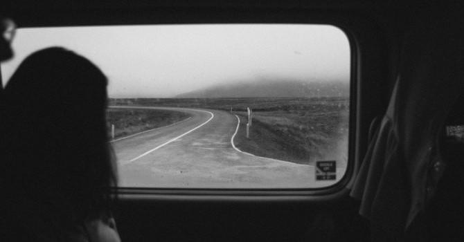 Одиночество и неловкость в общении.