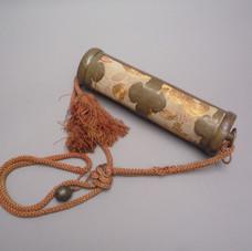 Lot.6 Coffret cylindrique pour Sutras . Textile brodé et cuivre ouvragé . Japon . période Meiji . 19ème siècle.  L 31 cm x diam 8 cm - 300/400 €
