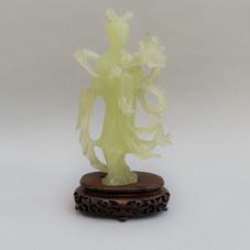 Lot 11 .Sculpture en jade céladon figurant une déesse du Printemps. Haut. : 20,5 cm  Socle en bois joint. Chine, 20ème siècle- Est.250/300 €