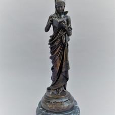 """Lot.28 Albert Ernest de CARRIER-BELLEUSE (1824-1887) """"La liseuse""""  Sculpture en bronze à patine brun nuancée. Signé sur un cartouche. Socle en marbre. Haut. sans le socle : 38,7 cm Haut. totale :43 cm Est.600/800 €"""