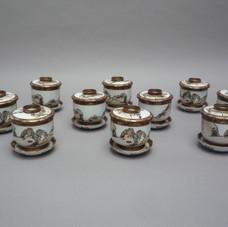 Lot 3. Suite de 10 Coupes couvertes et présentoirs en faïence de Satsuma à décors de Rônins. Japon Période Meiji 19ème siècle. H 10,5 x Diam 10,5 cm- 400/500 €