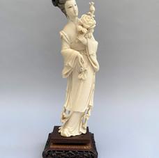 Lot 10.Chine – Ivoire sculpté d'une déesse portant des fleurs 19ème siècle – Haut. : 25 cm -Est.150/200 €
