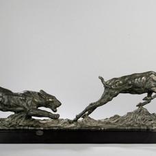 Lot.34 Albert HAGER (1857-1940), École belge Lionne attaquant une gazelle Sculpture en bronze à patine brun-vert nuancé. Fonte d'édition ancienne, signée sur la terrasse. Long. : 90 cm-Larg. :14 cm-Haut. :27cm Socle en marbre Est.2.500/.3.000 €