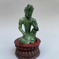 Lot 5.Lokeshvara assis en délassement royal . Jade épinard. Chine 17ème siècle. Haut :  12,5 cm. Don du Gotoh Museum, Tokyo  Japon - Est.2.000/3.000 €