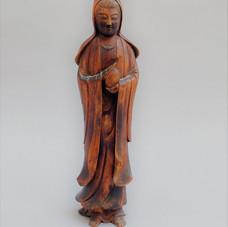 Lot 12.Japon – 19ème siècle Statuette en bois de camphre sculpté d'une déesse Bodhisattva Guanyin. Haut. :32 cm Est.120/150 €