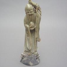 Lot 2.Le sage de longévité « Shou Lao » en pierre de lard. Chine Dynastie Qing 19ème siècle H 16,5 cm - 150/200 €