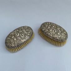 Lot.20 Deux brosses en argent repoussé de la maison KIRK & Son, monogrammé. Poids brut: 351 gr. Longueur : 16,5 cm Est.250/300 €