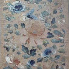 Lot.7.Broderie quadrangulaire sur soie à décor de papillons et motifs floraux. Chine.  Dynastie Qing. 30x25,5 cm - Est 100/150 €
