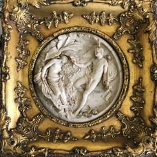 Lot.29 Edward William WYON (1811-1885) Deux reliefs de forme ronde en marbre de Carrare sculpté figurant un groupe d'enfants d'une part, et Obéron et Titania d'autre part. Signé en bas au milieu et daté du 1er janvier 1848. Cadres en bois doré carrés. Diam. : 17cm chaque. Est.300/400 €