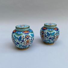 Lot 13.Chine 19ème siècle . Paire de pots couvert en cloisonné à décor de motifs floraux. Haut. : 9 cm- Est.300/400 €