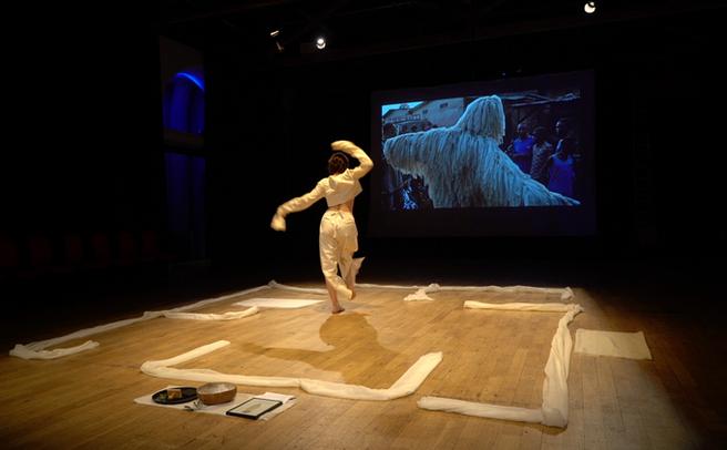 Performance Aux Murs Dressés de Cléophée Moser avec la participation de Tickson Mbuyi depuis Kinshasa, Brighton (UK), mars 2019, © Oops Festival, Swallowfeet Collective