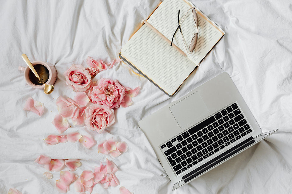 kaboompics_Pink rosses - coffee - laptop