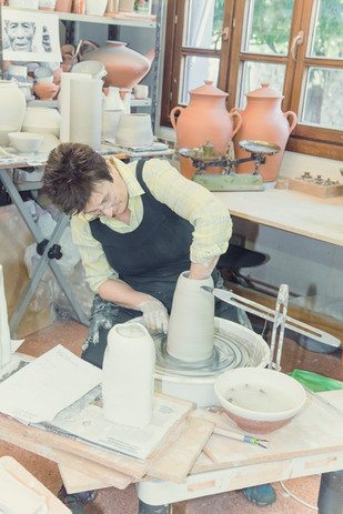 Dans l'atelier de Blanka Gòmez de segura, artisan potier et conservatrice du Musée de la céramique basque