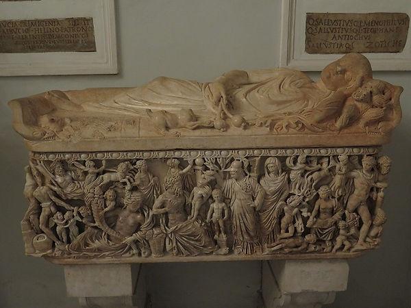 39プロメテウスの神話のシーンと子供の石棺.jpg