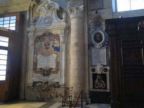 ポポロ教会入口右側.jpg