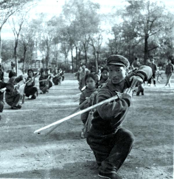 文化大革命時、公園にて武術指導を行う