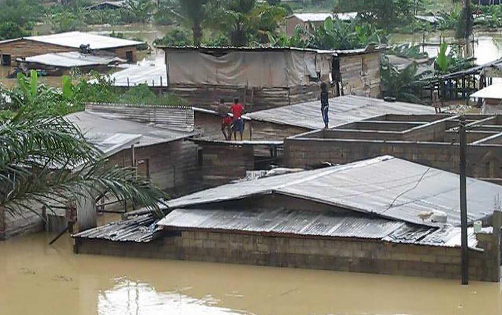 Nach den Überschwemmungen durch schwere Regenfälle im Juni 2015 in Kamerun in der Stadt Douala (ca.1 910 000 Einwohner) ist die Stadt immer noch verwüstet. Auch hier mindestens vier Menschen getötet und Tausende Häuser und Geschäfte zerstört. Mehr als 30 000 Menschen sind betroffen. Umgefallene Strommasten zeigen, dass immer noch viele Menschen ohne Strom sind. Umgedrehte Autos liegen in den Straßen. Müll und andere Ablagerungen auf den schlammigen Straßen sind ein gesundheitliches Risiko für die dort lebenden Menschen. Das Ministerium für Stadtentwicklung teilte mit, dass diese Wasserflut Millionen von Dollar an Schäden verursacht haben