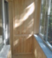 Большой деревянный шкаф на балкон
