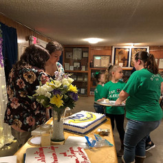 4H serving cake to the quests