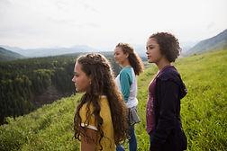 Foto de garotas contemplando a natureza
