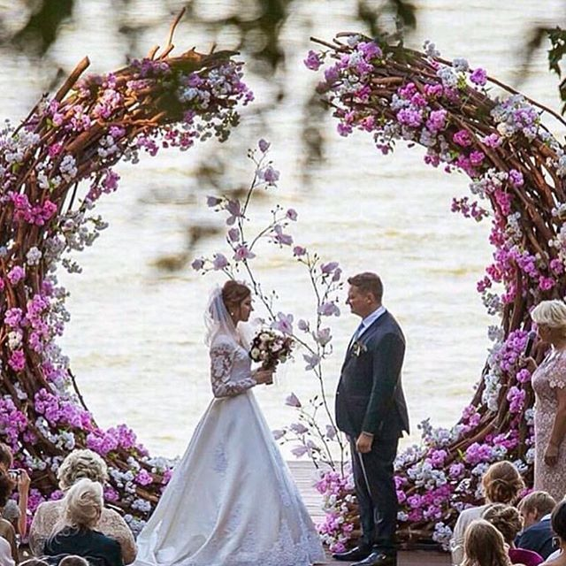 Stunning_weddingideas_brides #editorialphotography #wedding #flowers#ceremony#altar #weddingbythewat