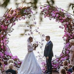 Stunning_weddingideas_brides #editorialphotography #wedding #flowers#ceremony#altar #weddingbythewat