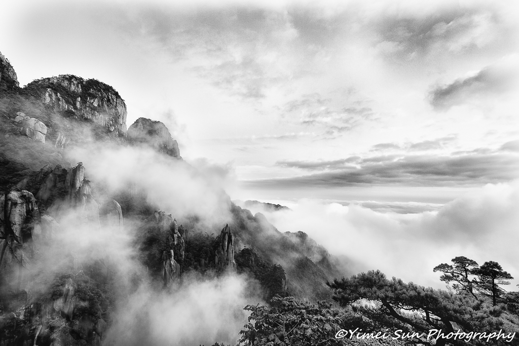 Mount Sanqing in the morning fog