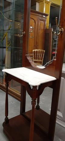 Petit vestiaire  Dimensions : hauteur : 2,05 m Largeur : 0,65 m  Miroir travaillé  plaque de marbre  Prix de vente : 50 euros  Plus d'infos :