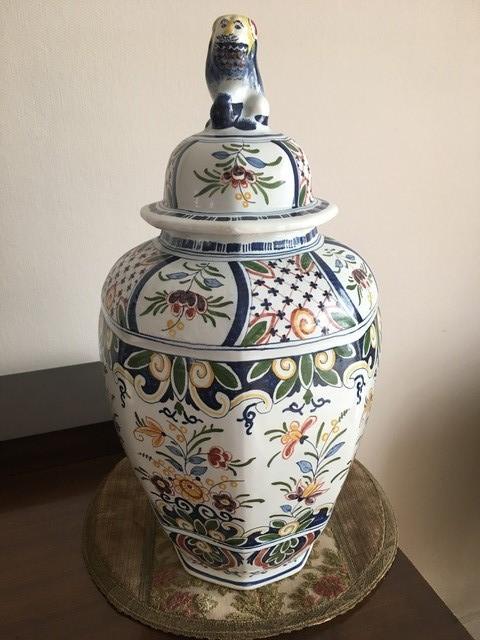 Vase Royal Boch Frères Kéramis.  Très belle potiche couverte à décor floral.  Hauteur : 42 cm  Prix de vente : 20 euros  Plus d'info: