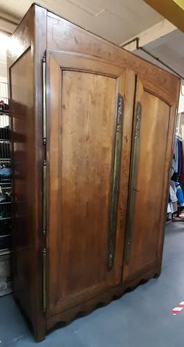 Superbe garde-robe ancienne (1849)  Montage avec chevilles Charnières laiton (3 par porte) Jolies incrustations dans les panneaux.   Hauteur : 210 cm Largeur : 145 cm Profondeur : 60 cm  Prix de vente : 300 euros  Plus d'infos :