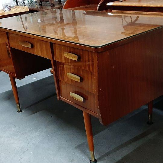 Bureau vintage avec vitre  Largeur :  143 cm Hauteur : 77 cm profond  : 71 cm  Prix  : 75 euros  Plus d'infos :