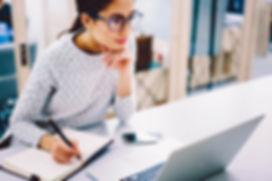 Frau sitzt vor dem EmotionMarketing eLearning-Portal