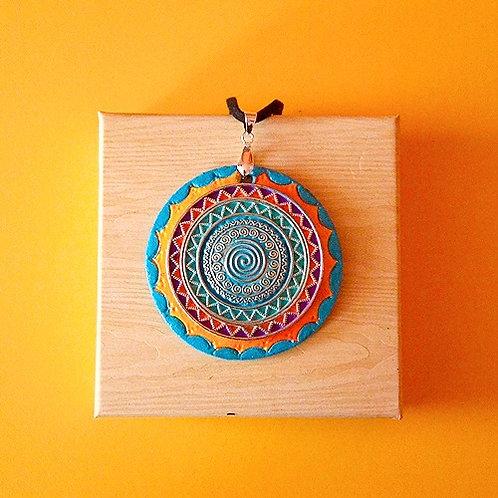 Colgante espiral azul y naranja.