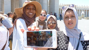 Jemeni, Bangladesi, kuvaiti és pakisztáni lányok kértek meg minket: csináljunk róluk képet a Szent Péter bazilika előtt. Utána megkérték, hogy Zita és Nóri is legyen velük egy képen, azóta is ez Nóri kedvenc képe.