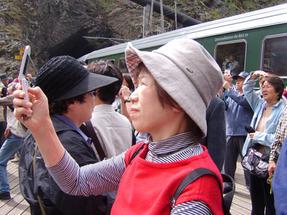 Norvég hegyivasút végállomásánál tanácstalan japán turisták hamar megtalálják a megfelelő megoldást.