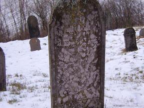 Ugyanebben a faluban: Braun Bertalan kétnyelvű síremléke a 18. szd. végéről. Egyetlen kicsinyke magyar falu /Erdőtarcsa / és megtalálhatod a temetőjében az elmúlt évszázadok történelmi talányait.