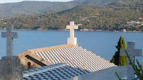Korzikai kisvárosi temető síremlékei-mind-mind tengerre néző parti panoráma-kilátással.