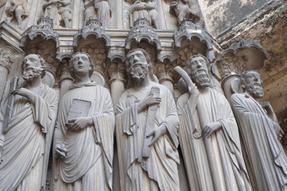Szentek a rouen-i székesegyház bejáratánál.