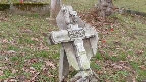 Hol sírjaink domborultak, unokáink elporoltak…Balaton-parti kisváros temető magánya.