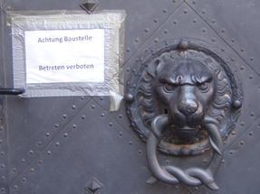 Drezdai palotaőr oroszlán, még riasztóbb felirattal.